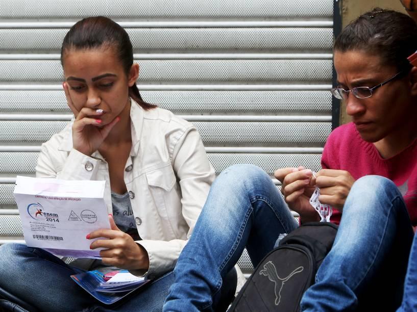 Candidatos aguardam para o primeiro dia de provas do Enem no Mackenzie em São Paulo