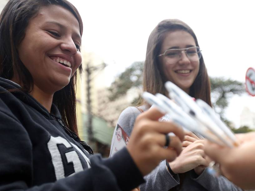 Estudantes recebem canetar para realizar a prova enquanto aguardam o início do Enem 2015