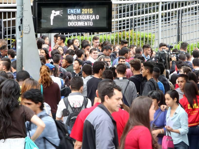 Estudantes aguardam pelo início das provas do Enem 2015