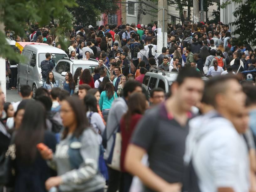 Movimentação intensa de estudantes nos arredores do campus da Uninove na Barra Funda, zona Oeste de São Paulo, no segundo dia de provas do Enem - 25/10/2015