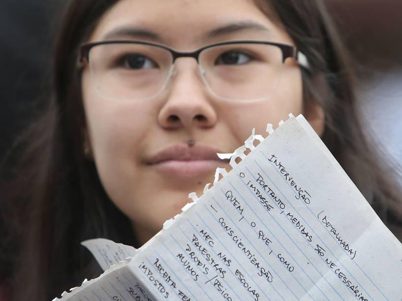 Estudante aproveita os últimos momentos antes da prova para relembrar os conteúdos no segundo do Enem em São Paulo - 25/10/2015