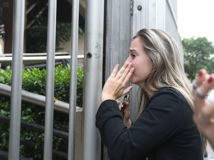 Estudante Pamela Fontana, 22, chora depois de perder o segundo dia de provas do Enem - 25/10/2015