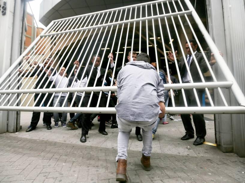 Candidatos atrasados correm para conseguir passar pelos portões durante o primeiro dia de provas do Enem 2015