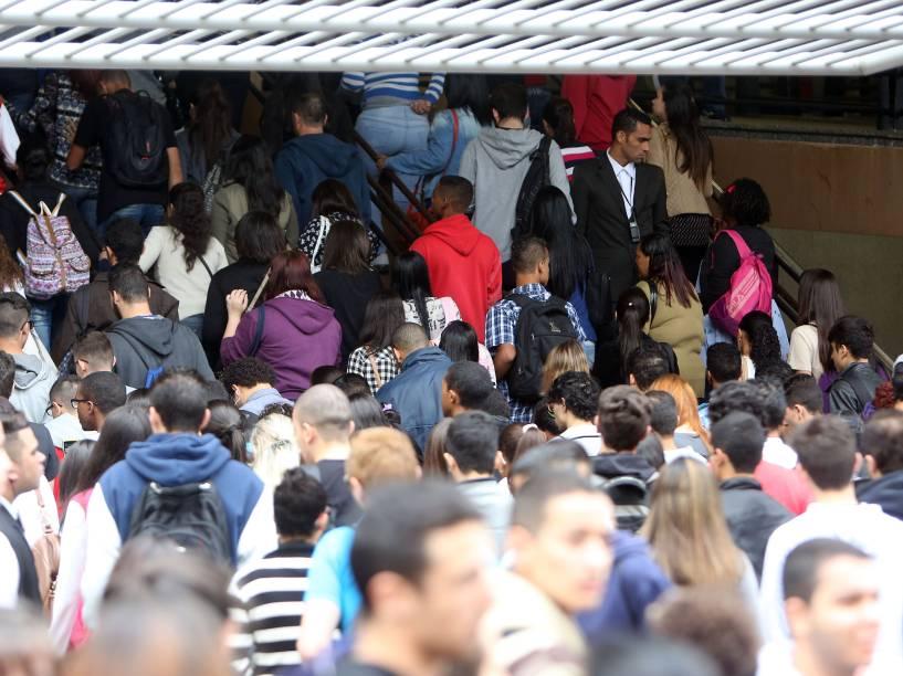 Após a abertura dos portões, estudantes se dirigem às salas de aula para o segundo dia de provas do Enem no campus da Uninove, na Barra Funda, zona Oeste de São Paulo - 25/10/2015