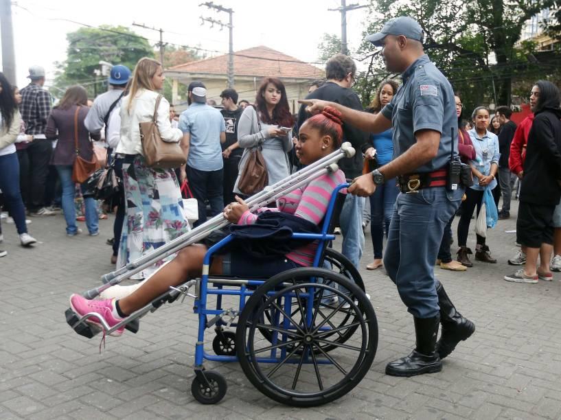 Cadeirante recebe auxílio para chegar ao local de prova no segundo dia do Enem em São Paulo - 25/10/2015