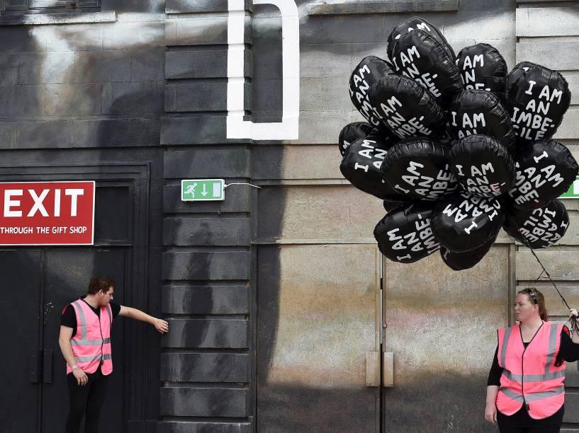 Os balões negros levam a inscrição Eu sou um imbecil