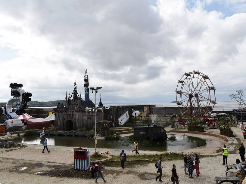 Os brinquedos e o castelo que parodiam a Disney na Dismaland