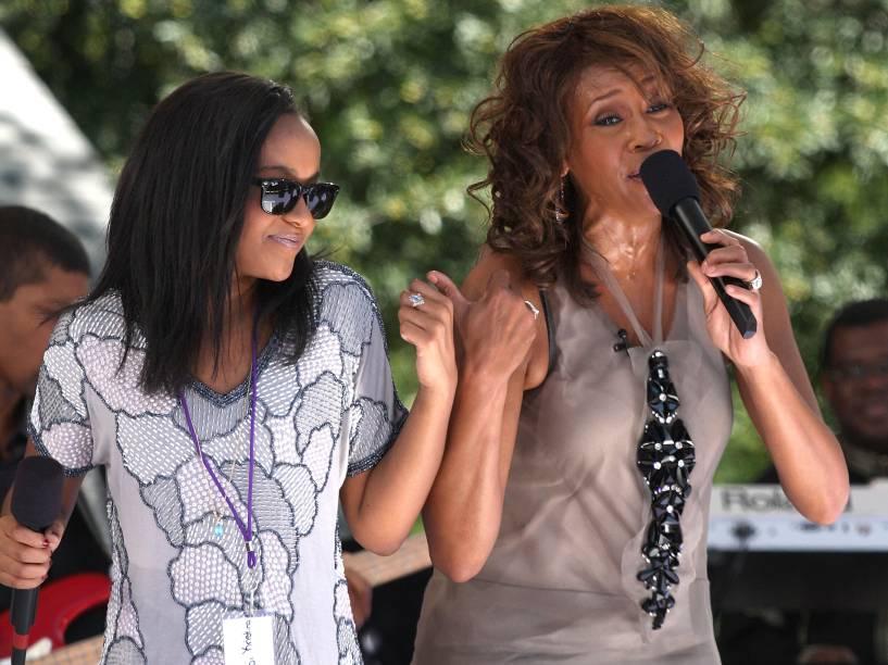 Whitney Houston e sua filha Bobbi Kristina durante apresentação no Central Park, em 2009