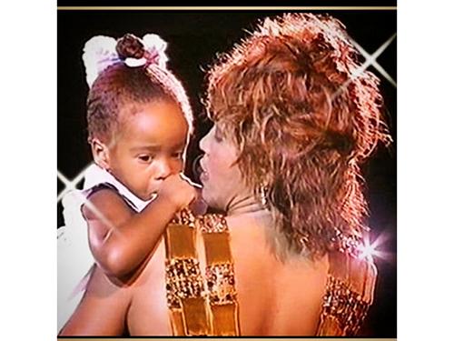 """Bobbi Kristina Brown com a mãe quando era bebê. A foto foi postada no Instagram no fim de 2014. """"Isso seria a imagem do Mamãe, eu estou com sono amorefelicidade"""", escreveu"""