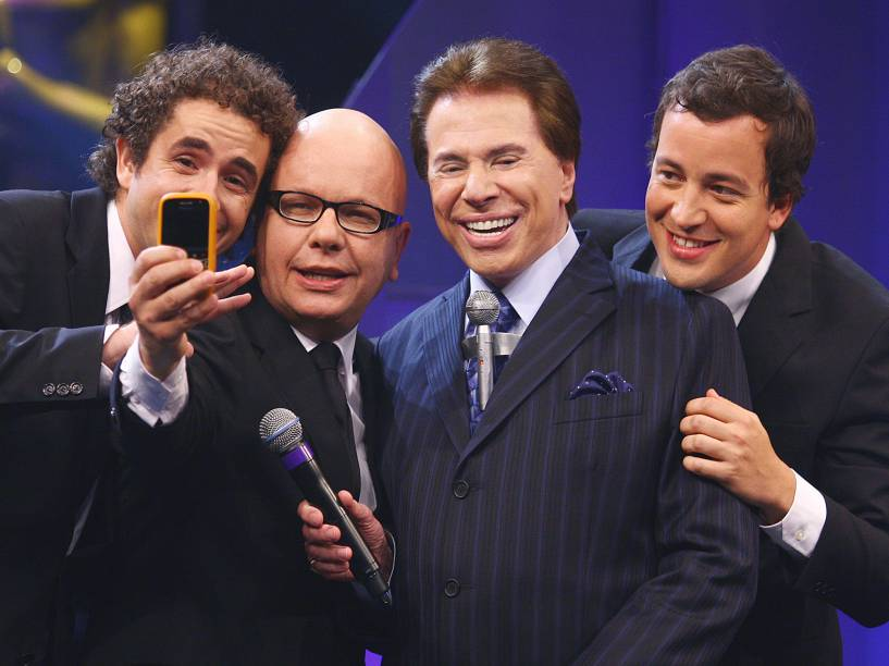 Felipe Andreoli, Marcelo Tas e Rafael Cortez, do programa CQC, da Rede Bandeirantes, recebem de Sílvio Santos o Troféu Impensa na categoria Melhor Programa Humorístico de 2009