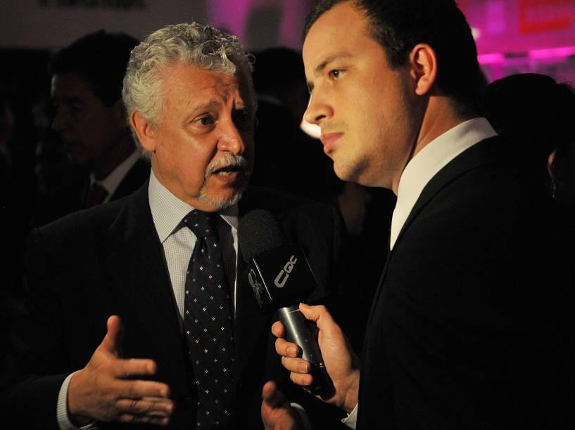 Fernando Mitre é entrevistado por Rafael Cortez, do CQC, durante cerimônia de entrega do Prêmio Comunique-se, em 2010