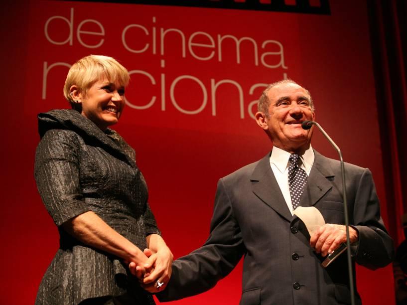 Xuxa homenageia Renato Aragão durante cerimônia de entrega do 4º Prêmio Contigo! de Cinema Nacional, no Espaço Tom Jobim, Rio de Janeiro - 2009