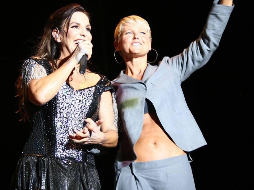 A cantora Ivete Sangalo ao lado de Xuxa, antes do show de Beyoncé, em Salvador, Bahia - 2010