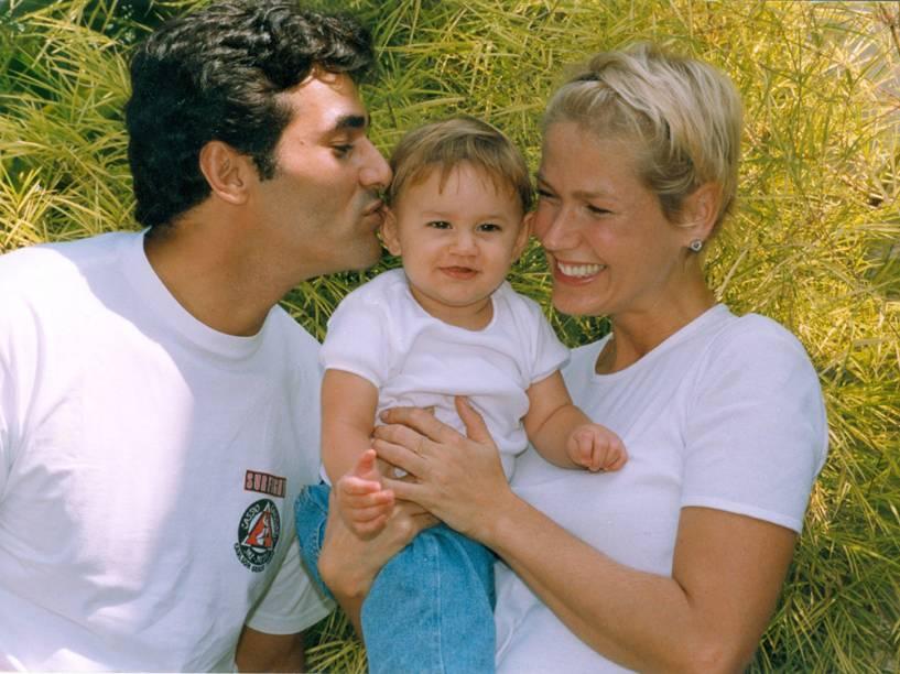 Luciano Szafir e Xuxa com filha recém-nascida, Sasha - 1999