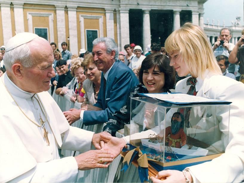Xuxa entregando ao Papa um barco de argila com a imagem de São Francisco, feito por crianças da Fundação Assistencial Xuxa Meneghel, na praça de São Pedro, no Vaticano - 1992
