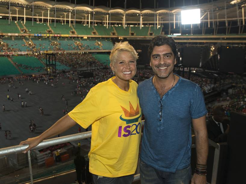 Xuxa e o namorado, Juno Andrade, durante show de gravação do DVD em comemoração aos 20 anos de carreira da cantora Ivete Sangalo, realizado na Arena Fonte Nova, em Salvador - 2013