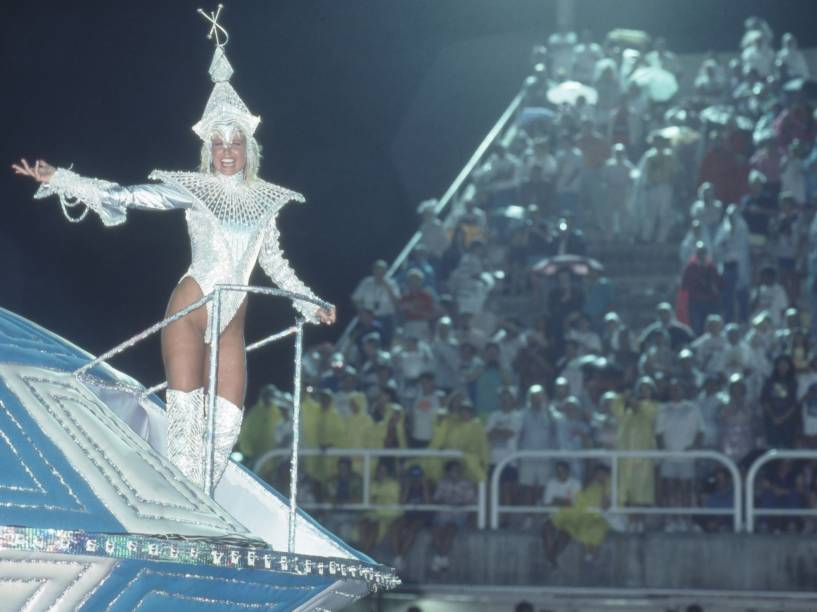 A cantora e apresentadora, Xuxa Meneghel, no desfile da Beija-Flor - 1992