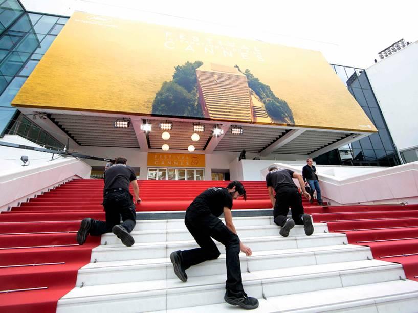 Trabalhadores instalam o tapete vermelho para a 69a cerimônia do festival internacional de cinema Cannes, que começa amanhã em Paris, na França - 10/05/2016