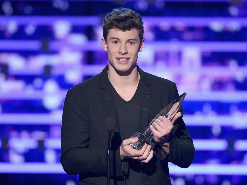 """Shawn Mendes recebe prêmio do Peoples Choice Awards pela categoria """"Artista Revelação"""" - Janeiro/2016"""