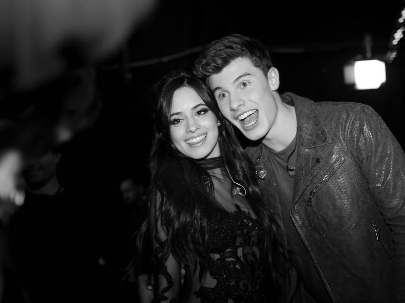 Shawn Mendes e a cantora do grupo Fifth Harmony, Camila Cabello, no Peoples Choice Awards 2016, em Los Angeles, California