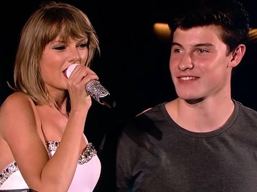 """Taylor Swift chama Shawn Mendes para o palco no aniversário do cantor e canta """"Parabéns pra você"""" junto com o público"""