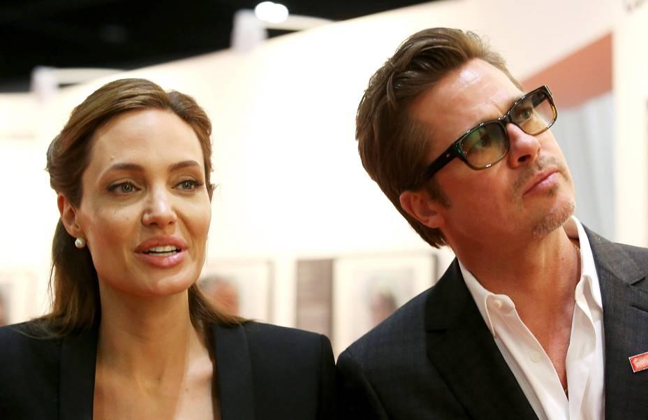 Brad Pitt e Angelina Jolie durante visita a uma exposição de arte promovida pela Cúpula Global para Acabar com a Violência Sexual em Conflitos, em Londres, na Inglaterra
