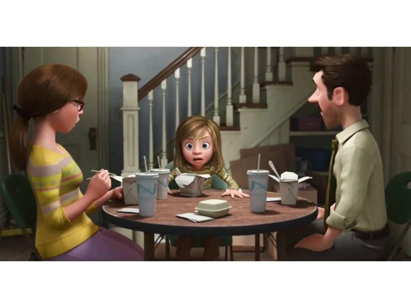 A personagem Riley com sua família no filme Divertida Mente