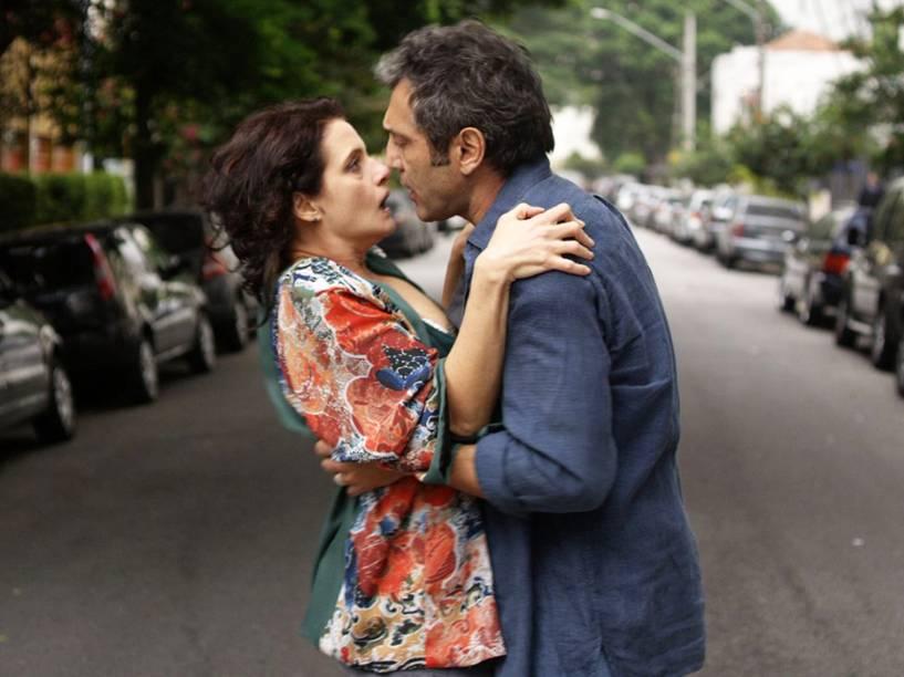 """Ana Lúcia (Denise Fraga) e Fábio (<a href=""""http://www.adorocinema.com/personalidades/personalidade-611409/"""" rel="""""""">D</a>omingos Montagner), em cena do filme De Onde Eu Te Vejo, dirigido por Luiz Villaça"""