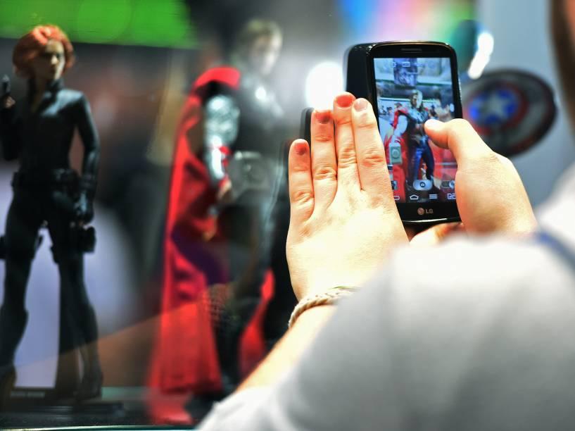 Visitante fotografa miniatura de super-heroi na Comic Con Expirience 2014