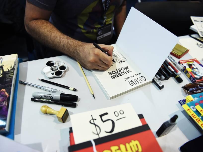 Cartunistas assinam livros e desenhos durante a Comic Con Experience 2014, em São Paulo