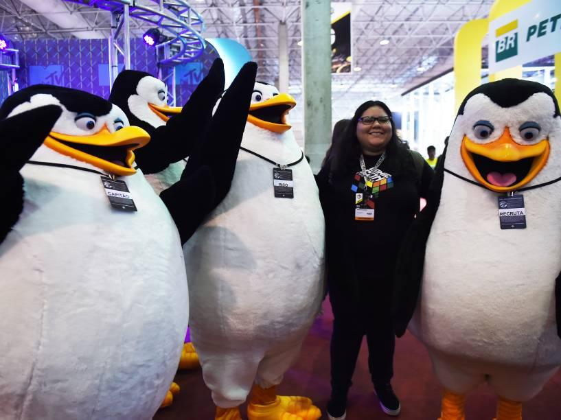 Personagens Pinguins, do filme Madagascar, brincam com os visitantes durante a Comic Con Experience 2014, em São Paulo<br>