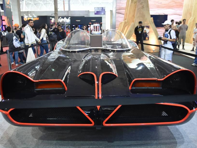 Réplica do carro usado em Batman, o Filme, de 1966, é exposta durante a Comic Con Experience 2014, em São Paulo