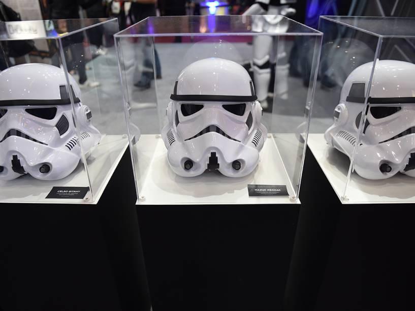 Réplicas dos capacetes das Tropas Imperias, do filme Star Wars, são expostas durante a Comic Con Experience 2014, em São Paulo
