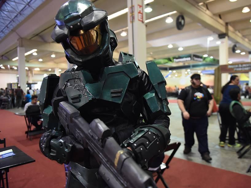 Visitante com fantasia de personagem do game Halo posa para foto durante a Comic Con Experience 2014, em São Paulo