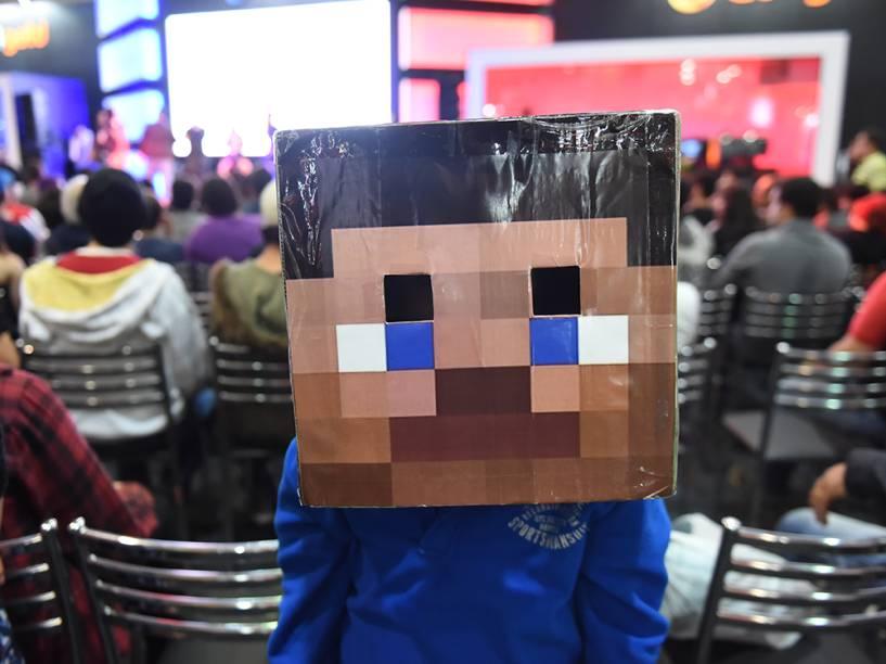 Garoto usa fantasia do jogo Minecraft, durante a Comic Con Experience 2014, em São Paulo