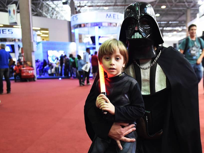 Pai e filho vestidos com roupas dos personagens do filme Star Wars posam para foto durante a Comic Con Experience 2014, em São Paulo