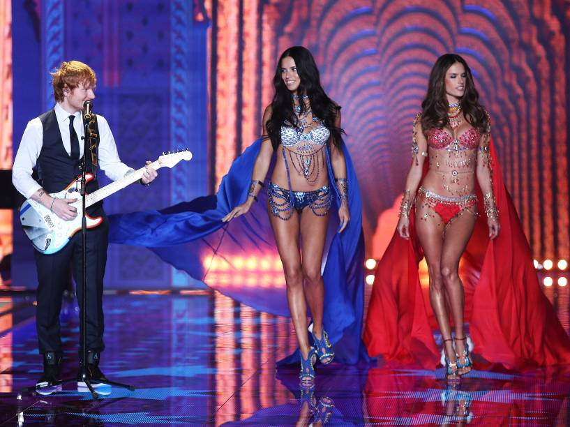 O cantor Ed Sheeran se apresenta enquanto Adriana Lima e Alessandra Ambrosio desfilam para a marca Victorias Secret em Londres