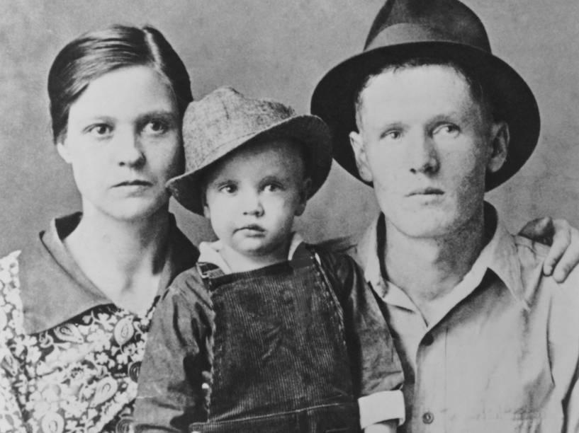 Elvis Presley com seus pais em 1937