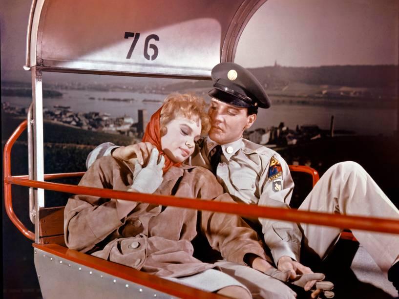 Elvis Presley abraçado com a atriz Juliet Prowse em uma cena do filme G.I. Blues da década de 1960