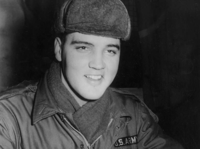 Elvis Presley, usando uniforme militar durante seu período como um soldado norte-americano no campo de exercício Grafenwoehr, na Alemanha, em 1958