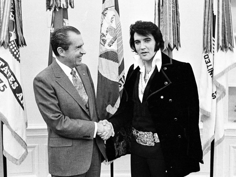 Presidente Richard Nixon se reúne com Elvis Presley em dezembro de 1970, na Casa Branca
