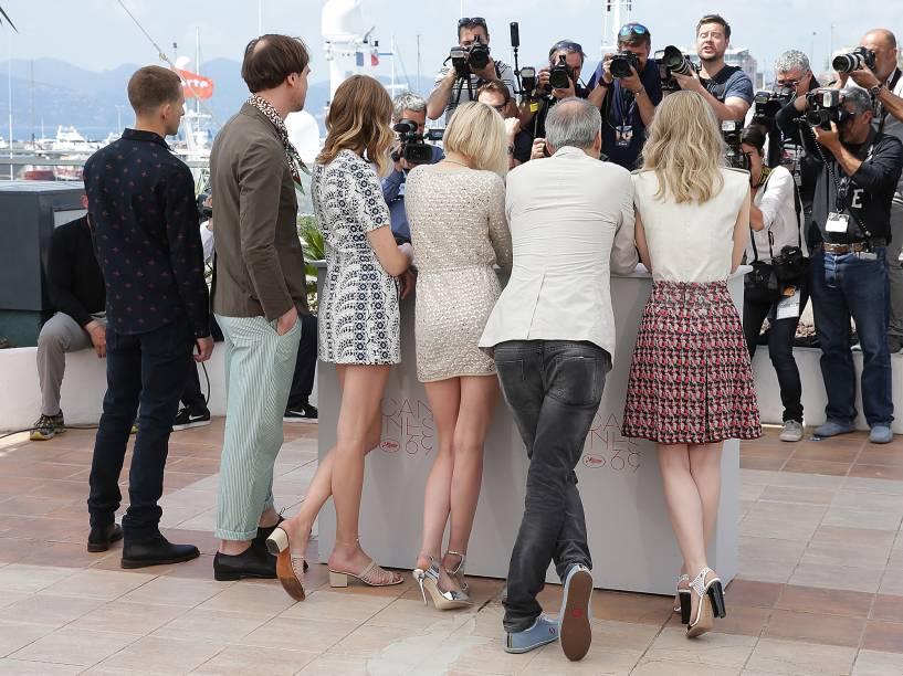 "Lars Eidinger, Anders Danielsen Lie,Sigrid Bouaziz, Kristen Stewart, Olivier Assayas e Nora von Waldstatten <em>(esq. p/ dir.) </em>comparecem para a sessão de fotos do filme ""Personal Shopper"", que concorre no Festival Cannes - 17/05/2016"