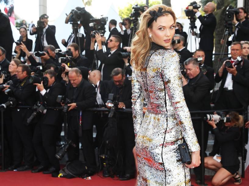 Modelo Karlie Kloss posa para fotógrafos no tapete vermelho do Festival Cannes - 17/05/2016