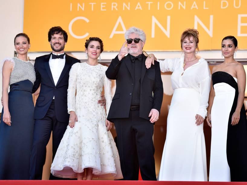 Inma Cuesta, Emma Suarez, Diretor Pedro Almodovar, Adriana Ugarte, Daniel Grao e Michelle Jenner comparece à sessão de fotos do filme Julieta, no Festival Cannes - 17/05/2016