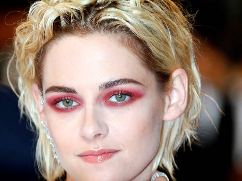 """Atriz Kristen Stewart posa para fotógrafos no tapete vermelho do Festival Cannes. Ela participou dos filmes """"Café Society"""" e """"Personal Shopper"""", que concorrem no festival - 17/05/2016"""