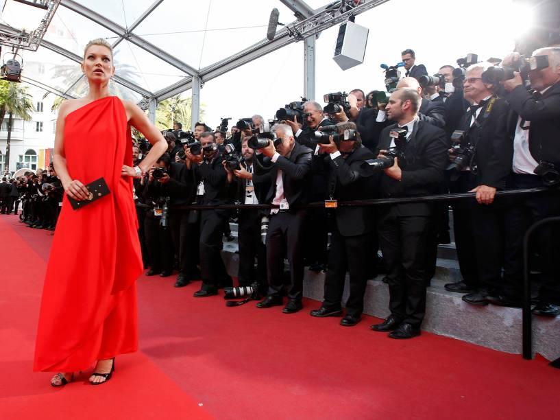 Modelo Kate Moss, posa para fotógrafos no tapete vermelho, ao chegar para a exibição do filme Loving, durante o Festival Internacional de Cinema de Cannes, na França - 16/05/2016