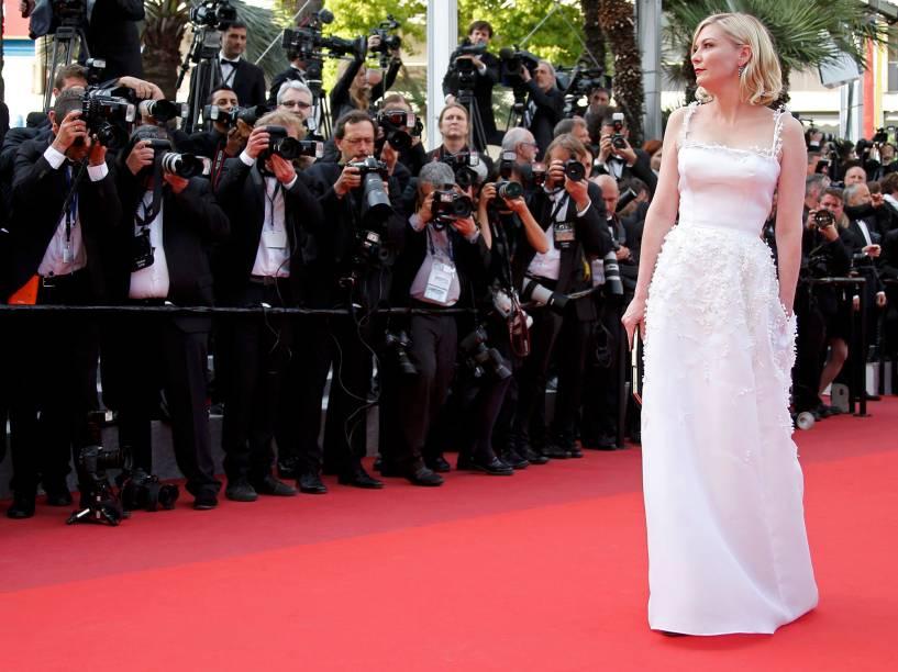 A atriz Kirsten Dunst, posa para fotógrafos no tapete vermelho, ao chegar para a exibição do filme Loving, durante o Festival Internacional de Cinema de Cannes, na França - 16/05/2016