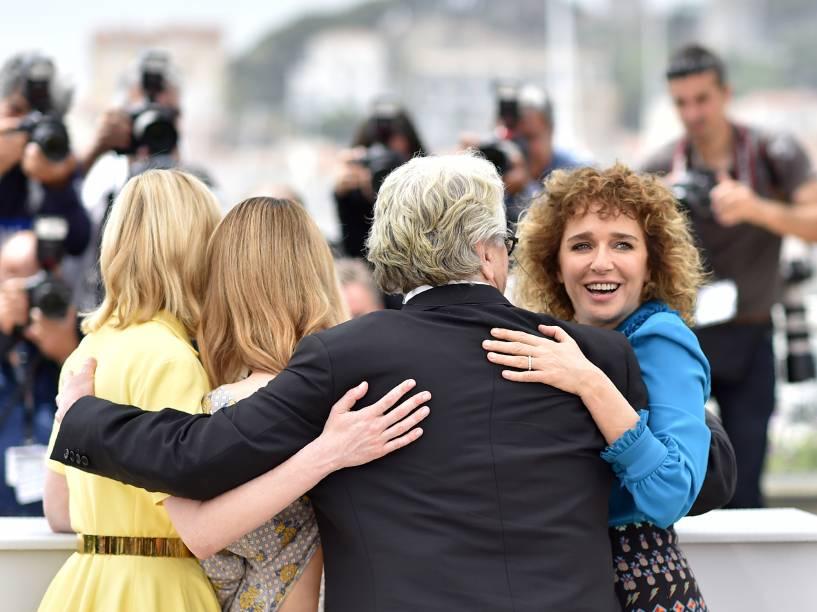 Atriz Kirsten Dunst, cantora Vanessa Paradis, Valeria Golino e o diretor australiano e presidente do juri, George Miller, posam no tapete vermelho do Festival Cannes, em Paris - 11/05/2016