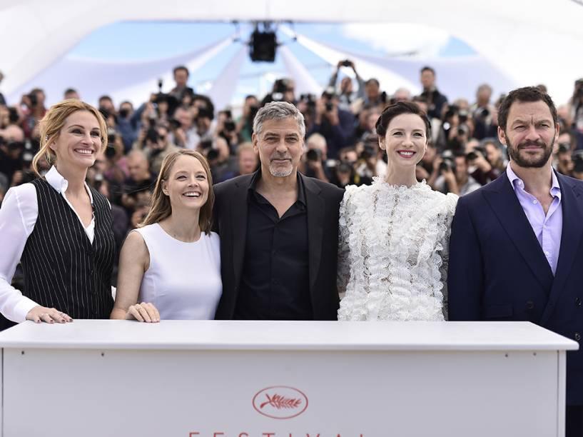 """Elenco do filme """"Jogo de Dinheiro"""", que inclui Julia Roberts e George Clooney, dirigido por Jodie Foster, posa para fotógrafos no tapete vermelho do festival internacional Cannes, em Paris - 12/05/2016"""