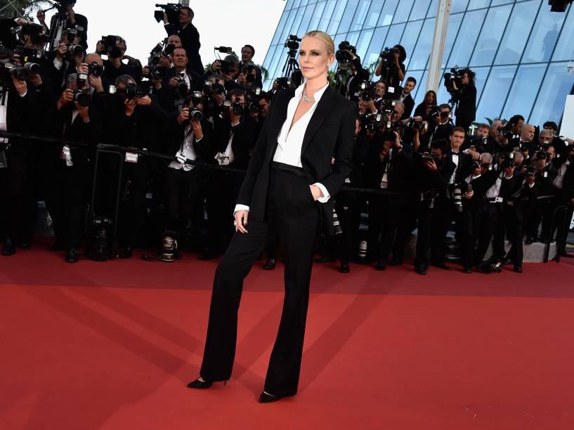 Atriz Charlize Theron chega no tapete vermelho do Festival de Cannes - 20/05/2016